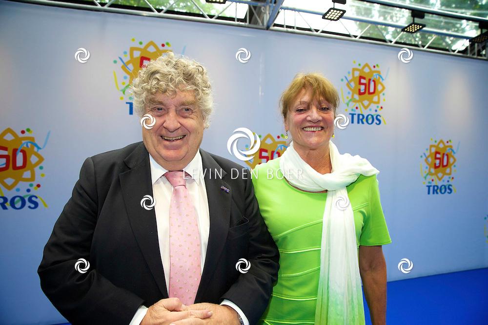 AMSTERDAM - 50 Jaar Tros is gevierd in theater Carré met heel veel bekende Nederlanders uit de Tros wereld. Met hier op de foto Tonny Eyk met partner Liesbeth Vasbinder. FOTO LEVIN DEN BOER - PERSFOTO.NU