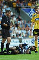 Dommer Roy Helge Olsen. Keeper Emille Baron, Lillestrøm, nede med skade. Frode Kippe, Lillestrøm. <br /> <br /> Fotball: Lillestrøm - Rosenborg. Kvartfinale NM 2004. 14. august 2004. (Foto: Peter Tubaas/Digitalsport).