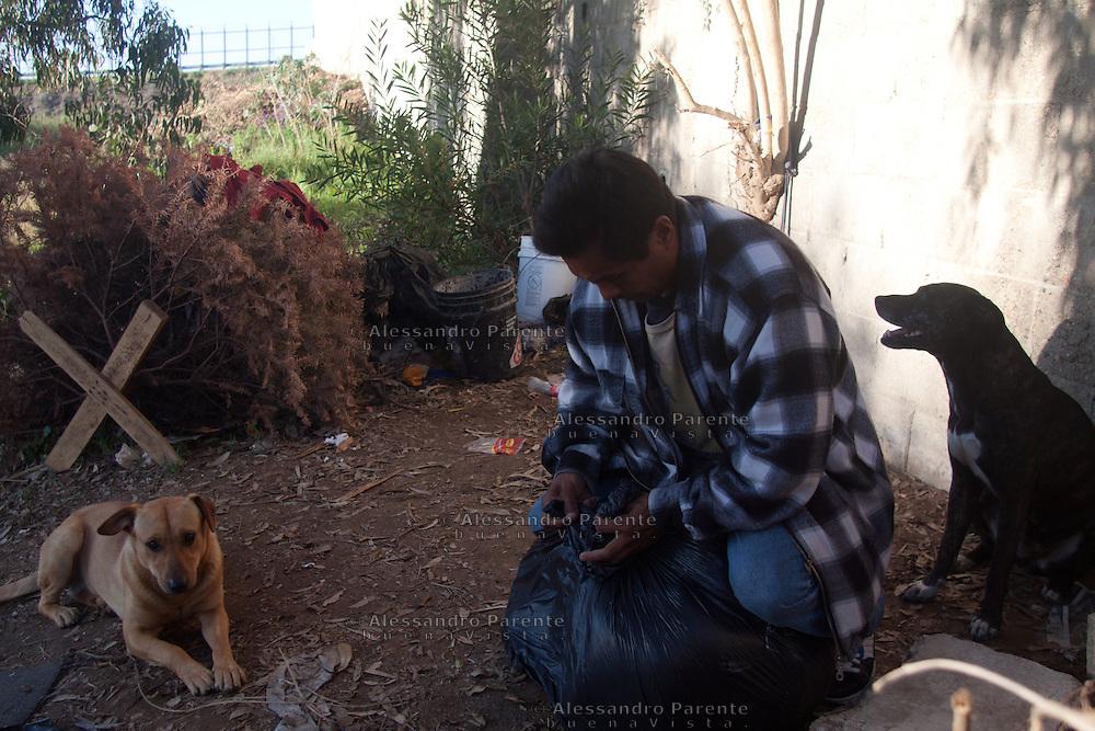 Ogni mattina Juan nasconde i suoi averi, le sue coperte, i vestiti e la toletta. Se viene scoperto a vivere vicino alla frontiera viene incarcerato e allontanato dalla citta'.