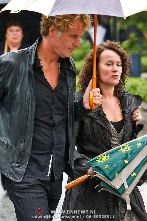 NLD/Amsterdam/20100826 - Uitvaart RTL journalist Conny Mus in Amsterdam, Jeroen Pauw en ....
