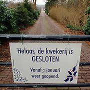 NLD/Huizen/20060104 - Ingang van kwekerij de Limieten Naarderstraat Huizen, bord, hek, weg