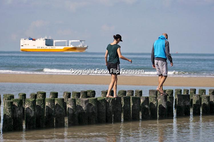 Nederland, Cadzand, 10-9-2019,Noordzeestrand bij het natuurgebied, nationaal park, het Zwin . Bij vloed stroomt het vol en bij eb weer leeg met mooie kreken in het zand .Foto: Flip Franssen