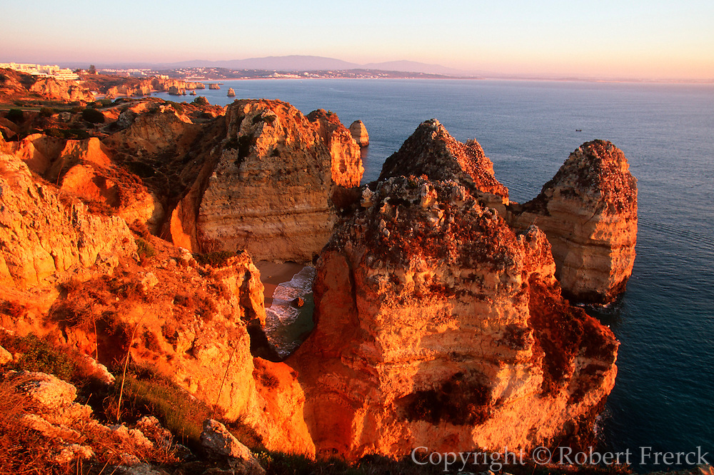 PORTUGAL, ALGARVE, SOUTH COAST Praia de Dona Ana, rocky coastline with spectacular rock formations, arches and coves just south of Lagos
