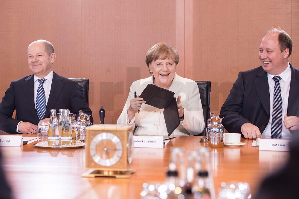 14 MAR 2018, BERLIN/GERMANY:<br /> Olaf Scholz (L), SPD, Bundesminister der Finanzen, Angela Merkel (M), MdB, CDU, Bundeskanzlerin, Helge Braun (R), MdB, CDU, Chef des Bundeskanzleramtes und Bundesminister fuer besondere Aufgaben, vor Beginn der ersten Sitzung des Kabinetts Merkel IV, Kabinettsaal, Bundeskanzleramt<br /> IMAGE: 20180314-02-030<br /> KEYWORDS: Kabinett, Kabinettsitzung, Sitzung,, neues Kabinett