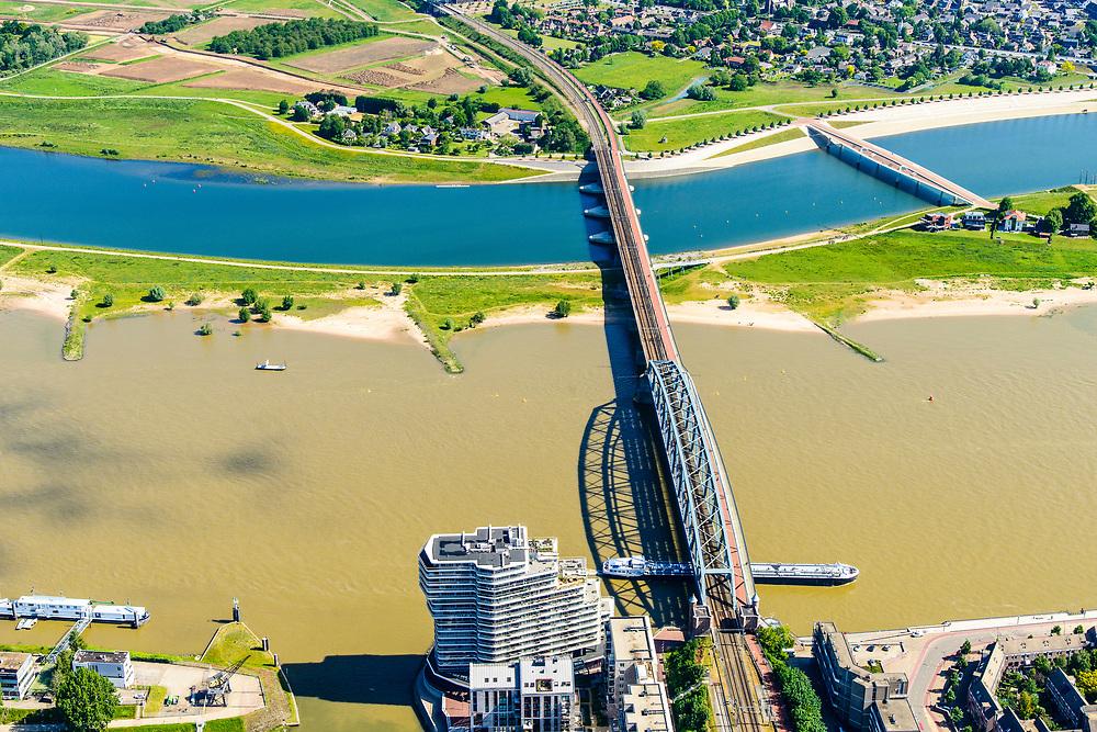 Nederland, Gelderland, Nijmegen, 29-05-2019; Nijmegen en Veur-Lent, zicht op  de nieuw aangelegde hoogwatergeul, de Spiegelwaal en de spoorbrug.<br /> Nijmegen and Veur-Lent, view of the newly constructed high water channel, the Spiegelwaal.<br /> <br /> luchtfoto (toeslag op standard tarieven);<br /> aerial photo (additional fee required);<br /> copyright foto/photo Siebe Swart