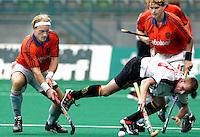 WK Hockey (mannen). Nederland-Spanje. Remco van Wijk (l) zet de Spanjaard Ramon Alegre opzij. rechts Marten Eikelboom.