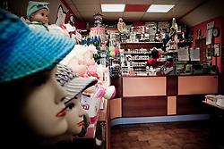 Potenza (PZ), 23-11-2010 ITALY - Il quartiere Bucaletto. Bucaletto è un quartiere popolare della periferia est di Potenza. Fu progettato all'indomani del terremoto dell'Irpinia del 23 novembre 1980, per risolvere i problemi delle famiglie sfollate a causa dei crolli di alcune abitazioni della città, difatti è caratterizzato dalla presenza di abitazioni singole, in prefabbricati..Nella Foto: Il tabacchino di Bucaletto anc'esso in un piccolo prefabbricato.
