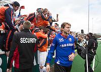 BLOEMENDAAL - HOCKEY- Jaap Stockmann bedankt de Bloemendaal supporters  na de kwartfinale van de EHL (Euro Hockey League) wedstrijd tussen de mannen van Bloemendaal  en KHC Dragons (Belgie)) (4-3). rechts Simon Gougnard. FOTO KOEN SUYK