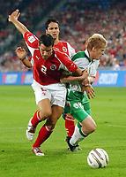 Bernt Haas gegen Irlands Damien Duff. © Andy Mueller/EQ Images<br /> <br /> NORWAY ONLY