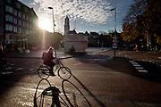 In Utrecht rijden fietsers in een mooie herfstzon over de Neude in Utrecht.<br />