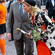 NLD/Middelburg/20100430 -  Koninginnedag 2010, Maxima en Willem - Alexander heeft een paar hockeysticks gekregen voor haar dochters