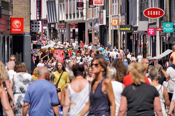 Nederland, Nijmegen, 15-7-2018 Drukte in het centrum. Winkelende mensen in de Broerstraat . Vanwege de vierdaagse en de vierdaagsefeesten zijn er extra veel mensen in de stad . Het is koopzondag .Foto: Flip Franssen
