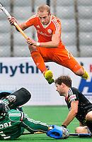 NEW DELHI -  Billy Bakker ontwijkt de Duitser Martin Haner (r) en Nicolas Jacobi (l) tijdens de kwart finale van  de finaleronde van de Hockey World League tussen de mannen van Nederland en Duitsland . ANP KOEN SUYK