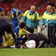 NLD/Amsterdam/20050731 - LG Amsterdam Tournament 2005, Ajax - Boca Juniors, Hatem Trabelsi en Maarten Stekelenburg worden op brancards afgevoerd