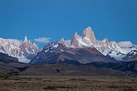 MACIZOS DEL CERRO FITZ ROY O CHALTEN (3.405 m.s.n.m.) Y DEL CERRO TORRE (3.130 m.s.n.m.) Y RUTA 23 HACIA EL POBLADO DE EL CHALTEN EN LA NOCHE, PARQUE NACIONAL LOS GLACIARES, PROVINCIA DE SANTA CRUZ, PATAGONIA, ARGENTINA (PHOTO © MARCO GUOLI - ALL RIGHTS RESERVED)