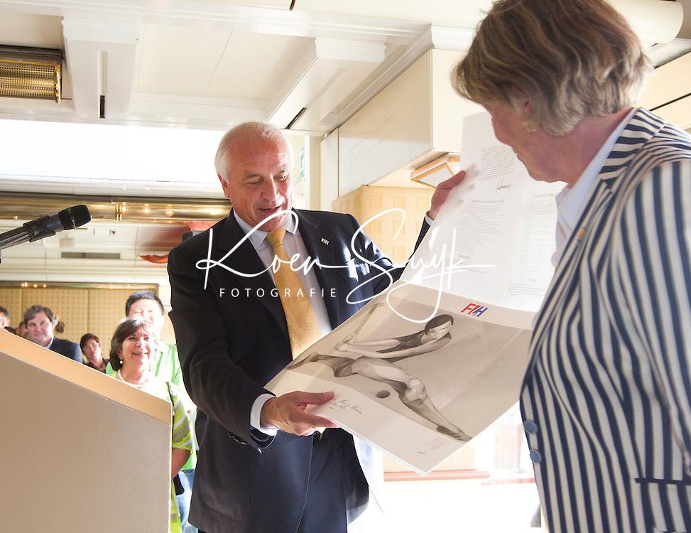 SCHEVENINGEN  (Den Haag) - FIH bijeenkomst . Leandro Negre met Heleen Welschen . COPYRIGHT KOEN SUYK