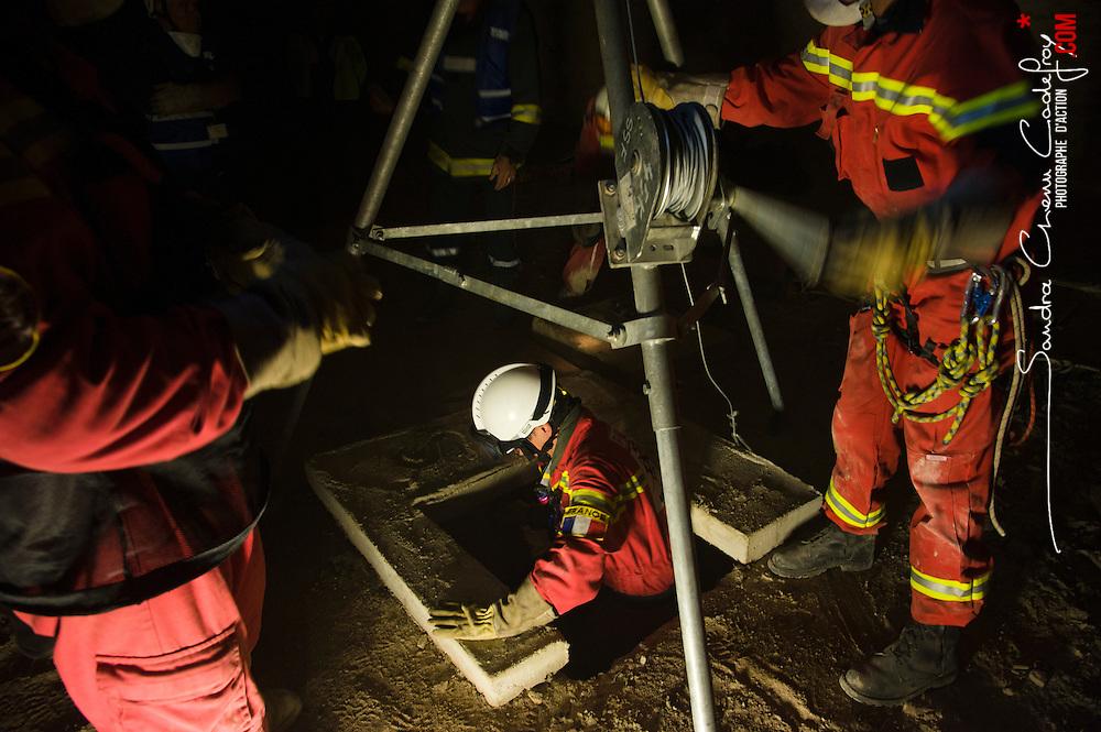 Manoeuvre de secours en décombres organisée par l'association Secouristes Sans Frontières avec le concours d'évaluateurs des Pompiers de l'Urgence Internationale. Travail en alternance de deux equipes de secouristes pendant 24 heures dans le cadre de la préparation de SSF à la qualification IEC délivrée par l'INSARAG.<br /> octobre 2011 / Dijon / Côte d'Or (21) / FRANCE<br /> Cliquez ci-dessous pour voir le reportage complet (124 photos) en accès réservé<br /> http://sandrachenugodefroy.photoshelter.com/gallery/2011-10-Manoeuvre-de-secours-en-decombre-de-SSF-Complet/G0000eJ7pdDAU2Ic/C0000yuz5WpdBLSQ