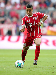 14.04.2018, Allianz Arena, Muenchen, GER, 1. FBL, FC Bayern Muenchen vs Borussia Moenchengladbach, 30. Runde, im Bild Thiago Alcantara (FC Bayern Muenchen #6) // during the German Bundesliga 30th round match between FC Bayern Munich and Borussia Moenchengladbach at the Allianz Arena in Muenchen, Germany on 2018/04/14. EXPA Pictures © 2018, PhotoCredit: EXPA/ Eibner-Pressefoto/ Langer<br /> <br /> *****ATTENTION - OUT of GER*****
