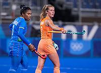 TOKIO - Xan de Waard (NED) met Deep Grace Ekka (IND) tijdens de wedstrijd dames , Nederland-India (5-1) tijdens de Olympische Spelen   .   COPYRIGHT KOEN SUYK