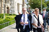 DEU, Deutschland, Germany, Berlin, 25.08.2020: Bezirksbürgermeister Reinhard Naumann (SPD) und Sozialsenatorin Elke Breitenbach (Die Linke) vor dem Rathaus Charlottenburg.