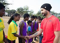 KHUNTI (Jharkhand) -  Finaledag Interschool Hockey League 2016. ONE MILLION HOCKEY LEGS  is een project , geïnitieerd door de Nederlandse- en Indiase overheid, met het doel om trainers en coaches op te leiden en  500.000 kinderen in India te laten hockeyen.  Ex international Floris Jan Bovelander (m)  is een van de oprichters en het gezicht van OMHL. rechts  ambassadeur en ex-India international Sandeep Singh. COPYRIGHT KOEN SUYK