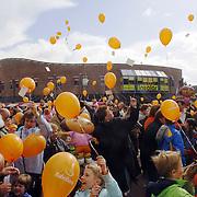 NLD/Huizen/20060429 - Koninginnedag 2006 Huizen, oranje ballonnnen oplaten door kinderen