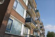 Nederland, Nijmegen, 15-10-2017 Flats in de Aubadestraat in de wijk Neerbosch Oost. De bewoners van deze appartementen mogen niet meer op hun balkon komen vanwege instortingsgevaar, gevaar voor afbreken omdat ze gevoelig zijn voor betonrot en constructiemoeheid. Ze worden beheerd door vastgoedbedrijf Hestia. Neerbosch-Oost is een stadsuitbreiding met veel sociale woningbouw van Nijmegen zoals die in de jaren 60, begin jaren 70 in veel grote steden plaatsvond, met veel flatbouw. Foto: Flip Franssen