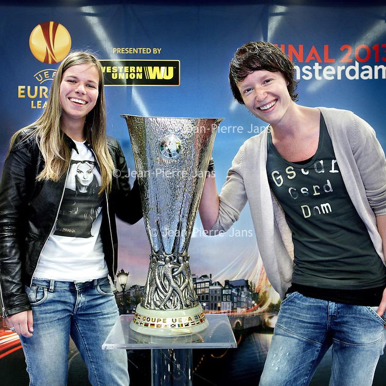 Nederland, Amsterdam , 9 mei 2013.<br /> De Europa Leaguebeker , oftewel UEFA beker was in de Sporthallen Zuid te bewonderen.<br /> Op de foto:Lori Peeters (r) en Jessie Philipsen.<br /> Foto:Jean-Pierre Jans