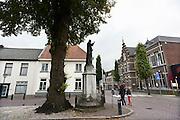 Nederland, Cuijk, 9-10-2013Dorpsbeeld van dit stadje, dorp in Noord Limburg. Het kwam in het nieuws vanwege de zedendelinquent Frank R., die 300 meisjes via internet, waarvan sommigen fysiek, seksueel misbruikte. Er is veel mediaaandacht, ook uit belgie, vlaanderen. Centrum van de plaats met een christusbeeld.Foto: Flip Franssen/Hollandse Hoogte