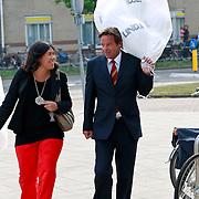 NLD/Huizen/20110429 - Lintjesregen 2011, balonnen voor Linda de Mol
