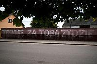 Jedwabne, woj. podlaskie, 11.07.2019. W dzien po rocznicy pogromu w Jedwabnem ktos umiescil na murze w centrum miasteczka napis TESKNIE ZA TOBA ZYDZIE. Baner z takim napisem umieszczony zostal takze przy pomniku ofiar mordu. Haslo o podobnej tresci w 2010 roku bylo dzielem artysty Rafala Betlejewskiego, ktory umieszczal je w miejscach, w ktorych kiedys mieszkali Zydzi fot Michal Kosc / AGENCJA WSCHOD