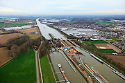Nederland, Limburg, Gemeente Sittard-Geleen, 15-11-2010; sluis Born tijdens de renovatie en verbouw, de sluiskolken worden verlengd.Born lock during the renovation and reconstruction, the lock chambers are extended..luchtfoto (toeslag), aerial photo (additional fee required).foto/photo Siebe Swart