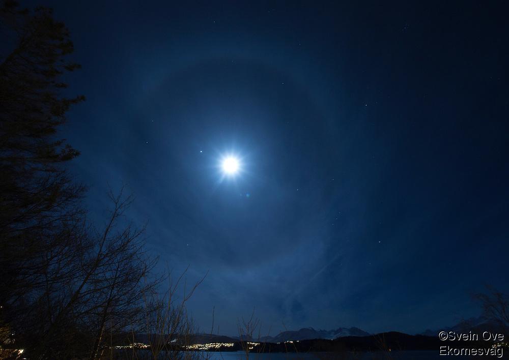 Stor ring rundt månen som skinner over Sunnmørsalpane.<br /> Foto: Svein Ove Ekornesvåg