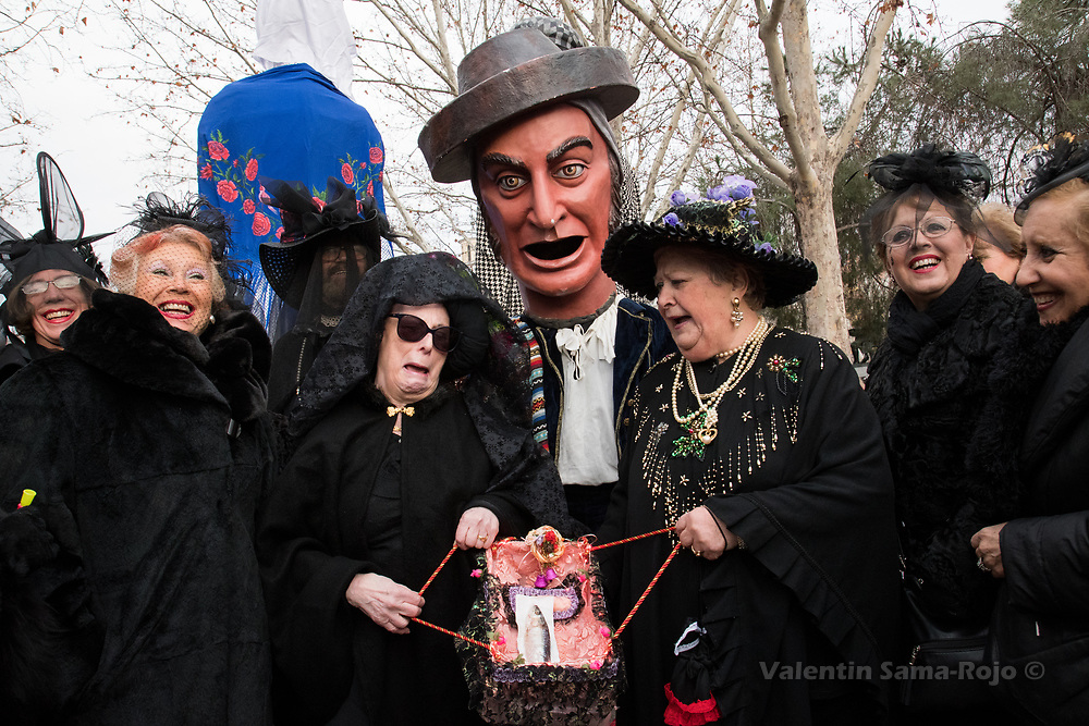 Madrid, Spain. 14th February, 2018. Revelers crying while carrying a sardine in a coffin during the parade of the Burial of the Sardine. © Valentin Sama-Rojo