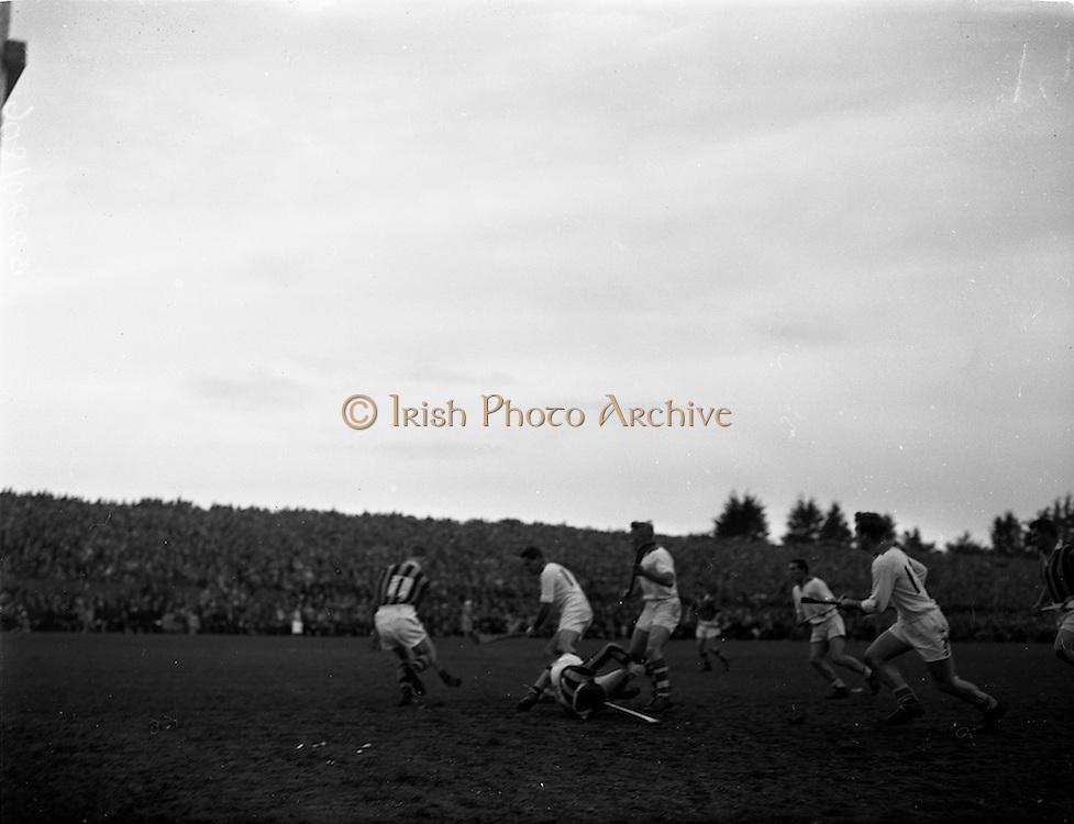 25/10/1959<br /> 10/25/1959<br /> 25 October 1959<br /> The first round of National League Hurling at Kilkenny: Waterford v Kilkenny. Parnell St James St shop Marlbororgh St