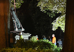 August 18, 2017 - Annapolis, MD, USA - Crews slowly remove the statue of former Justice Roger Taney from the front lawn of the Maryland State House on Thursday night, Aug. 17, 2017. (Credit Image: © Matthew Cole/TNS via ZUMA Wire)