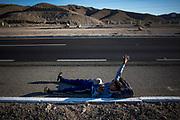 Michael Estivales, 14, pide jalón tirado a la orilla de la carretera que cruza el desierto entre Mexicali y Tijuana, por la tarde del martes 20 de noviembre. Estado de Baja California, México. 20/11/2018<br /> <br /> A mediados de octubre 2018, miles de migrantes hondureños abandonaron sus casas para emprender el viaje hasta los Estados Unidos, recorriendo casi 5.000 kilómetros hasta la ciudad fronteriza de Tijuana en menos de dos meses.<br /> Las 10.000 personas (según estimaciones de la UNCHR) que conformaron la caravana visibilizaron el fenómeno migratorio por primera vez en Centroamérica, denunciando las problemáticas de extrema pobreza y violencia presentes en los lugares de origen.