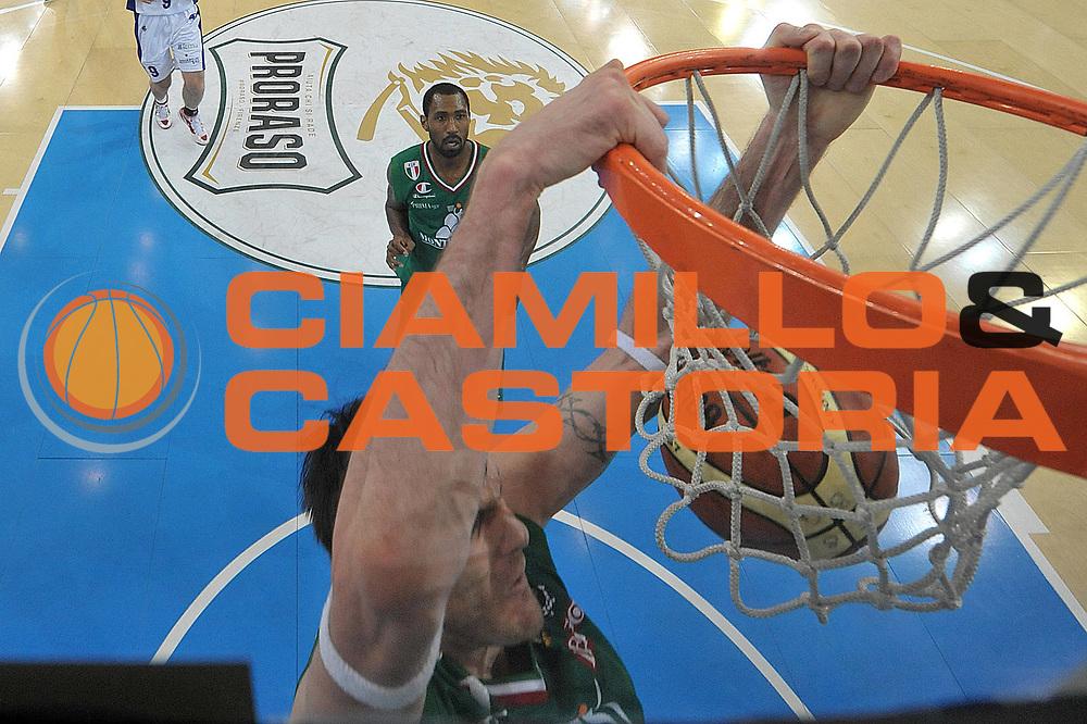 DESCRIZIONE : Torino Coppa Italia Final Eight 2012 Finale Montepaschi Siena Bennet Cantu <br /> GIOCATORE : Ksistof Lavrinovic<br /> CATEGORIA : schiacciata special<br /> SQUADRA : Montepaschi Siena<br /> EVENTO : Suisse Gas Basket Coppa Italia Final Eight 2012<br /> GARA : Montepaschi Siena Bennet Cantu<br /> DATA : 19/02/2012<br /> SPORT : Pallacanestro<br /> AUTORE : Agenzia Ciamillo-Castoria/C.De Massis<br /> Galleria : Final Eight Coppa Italia 2012<br /> Fotonotizia : Torino Coppa Italia Final Eight 2012 Finale Montepaschi Siena Bennet Cantu<br /> Predefinita :