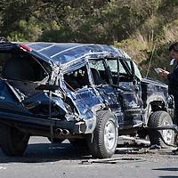 Ocoyoacac, Mexico.- El conductor de una camioneta tipo Cherokee perdio el control al circuar sobre la carretera Mexico - Toluca y tomar aparentemente a exceso de velocidad la salida hacia el poblado de Huixquilucan, un joven murio y tres personas resultaron lesionadas. Agencia MVT / Mario Vazquez de la Torre.