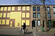 DEN HAAG - Probleemwijk, Transvaal. In de Kritzingerstraat staan nieuwbouwwoningen naast panden met dichtgetimmerde ramen.