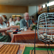 Koninginnedag 2000 Huizen, gezellige ouderenmiddag Visnet bingo spelen