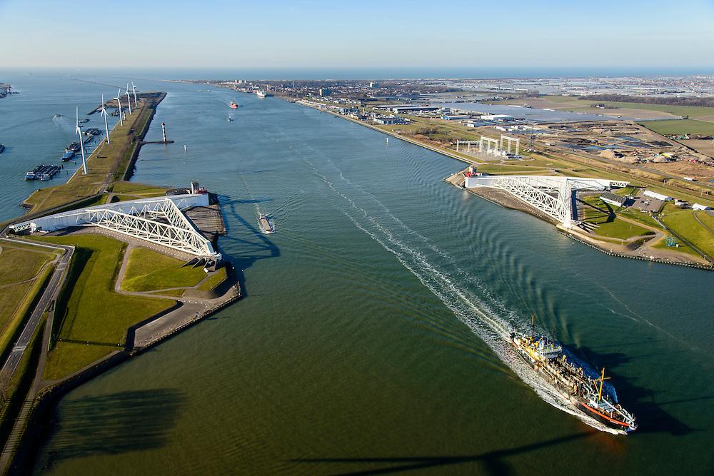 Nederland, Zuid-Holland, Rotterdam, 18-02-2015; Maeslantkering in de Nieuwe Waterweg, gezien naar de Noordzee. Links het Calandkanaal en de Maasvlakte, rechts aan de horizon Hoek van Holland. De stormvloedkering bestaat uit twee deuren die klaar liggen in een dok en welke sluiten bij een waterstand van 3 meter of meer boven NAP. De kering, laatst voltooide onderdeel van Deltawerken, beschermt Rotterdam en achterland bij extreme waterstanden.<br /> The new storm surge barrier (Maeslantkering) in the Nieuwe Waterweg (New Waterway, the entrance to the port of Rotterdam), North Sea at the horizon. In case of storm floods, the two enormous doors will close of the waterway protecting Rotterdam and its hinterland<br /> luchtfoto (toeslag op standard tarieven);<br /> aerial photo (additional fee required);<br /> copyright foto/photo Siebe Swart