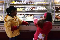 Duas meninas adoram os doces de uma padaria. FOTO: Jefferson Bernardes/Preview.com
