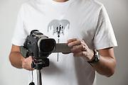 Belo Horizonte_MG, Brasil...Homem segurando uma camera de video...A man holding a video camera...Foto: BRUNO MAGALHAES / NITRO
