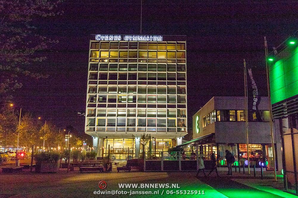 NLD/Amsterdam/20171021 - Cygnus Gymnasium bij avond Wibautstraat Amsterdam,