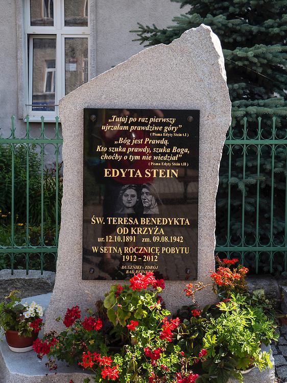 Tablica upamiętniająca pobyt Edyty Stain (1912 r.)  w budynku należącym do Sióstr Elżbietanek, Duszniki-Zdrój, Polska<br /> A plaque commemorating the stay of Edith Stein (1912) in a building belonging to the Elisabeth Sisters in Duszniki-Zdrój, Poland
