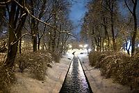 Bialystok, 26.01.2017. Nocny Bialystok pod sniegiem. Po całodobowych obfitych opadach sniegu miasto zostalo przykryte 30 cm warstwa bialego puchu. N/z rzeka Biala fot Michal Kosc / AGENCJA WSCHOD