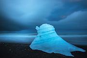 Lump of ice with long exposure. Jökulsárlón is the largest ice lake on Iceland, and is located south of the glacier Vatnajökull between Skaftafell nationalpark and Höfn. The lake arised in 1934-1935 and grew from 7,9 km² in 1975 to over 18 km² today, and with a dept of 2oo meters it is the next deepest lake in Iceland | Isklump med lang eksponering. Jökulsárlón er den største bresjøen på Island. Den ligger ved sørenden av isbreen Vatnajökull mellom Skaftafell nasjonalpark og Höfn. Sjøen oppstod først i 1934–1935 og vokste fra 7,9 km² i 1975 til minst 18 km² i dag på grunn av kraftig smelting av isbreen. Med en dybde på om lag 200 meter er Jökulsárlón nå trolig den nest dypeste innsjøen på Island.