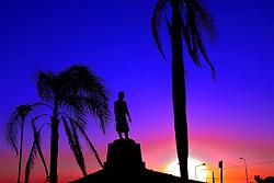 A Estátua do Laçador (ou Monumento ao Laçador) é um monumento da cidade de Porto Alegre. É a representação do gaúcho tradicionalmente pilchado (em trajes típicos) e teve como modelo o tradicionalista Paixão Côrtes. Foi tombada como patrimônio histórico em 2001, e em 2007 ela foi transferida de seu local antigo, a Praça do Bombeador, para o Sítio do Laçador, para permitir a construção do viaduto Leonel Brizola. FOTO: Alfonso Abrahan/Preview.com