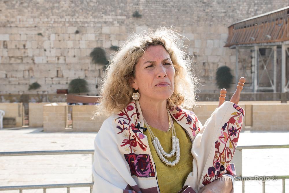 Jerusalem, Israel. 23rd August, 2017. Riki Shapira-Rosenberg, board member of Women of the Wall, carrying the Torah scroll after the prayer for Rosh HaHodesh Elul. © Valentin Sama-Rojo
